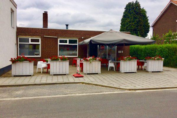 Cafetaria met zaal en terras