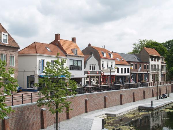 Ruim casco horeca- winkelpand met bovenwoning in het centrum van Hulst.