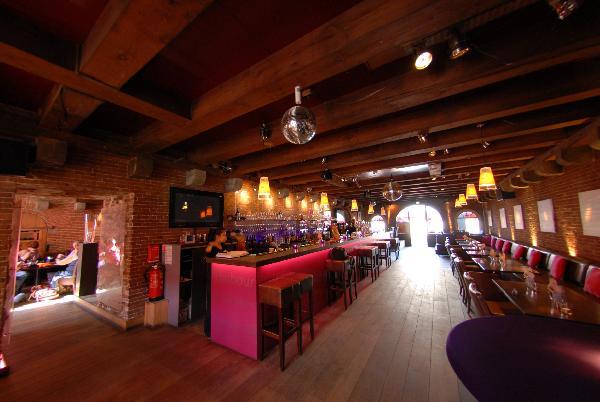 Sfeervol café-restaurant ter overname aangeboden in het centrum van Terneuzen. Zeer lage overname! foto 1