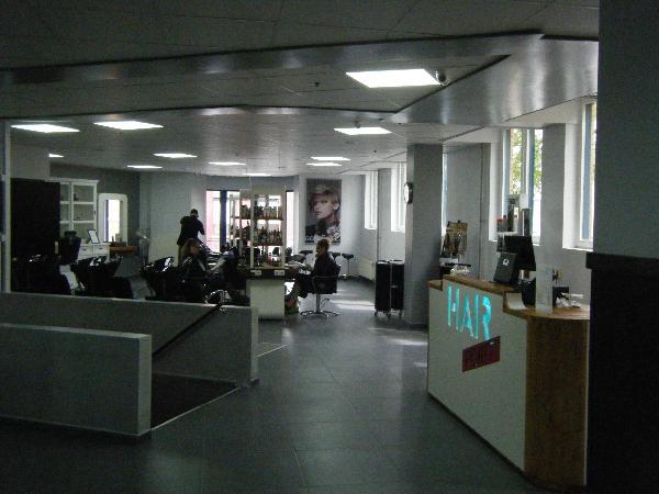 Ter overname: grote kapsalon in groot winkelcentrum in Heerlen. foto 1