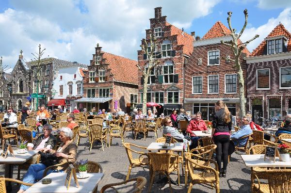 Café met 2 terrassen aan de Gracht en aanlegplaats rondvaartboot
