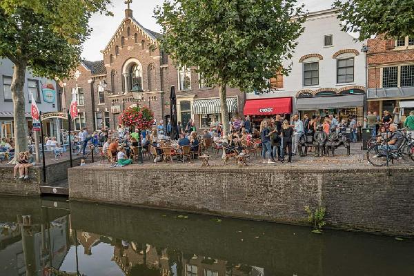 """Super A1 locatie in het mooie historische en waterrijke stadje van de provincie Utrecht met start- en eindpunt van de rondvaartboot en de zeer populaire ijssalon naast het Terras van """"Horecabedrijf De Kroeg"""" in Oudewater foto 2"""