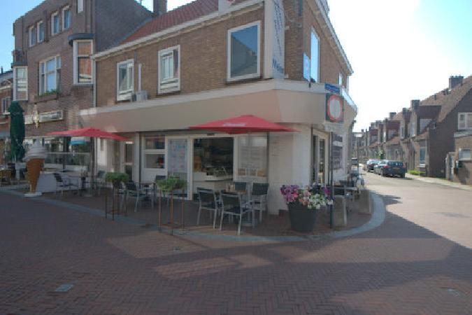 TK Croissanterie/Cafetaria/IJssalon met terras in centrum. foto 1