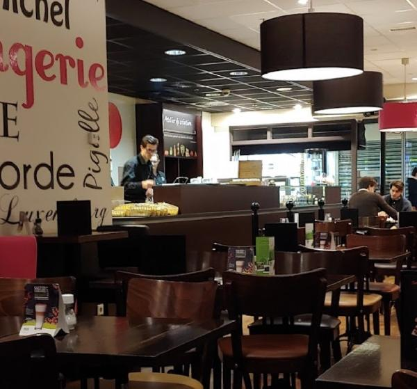 In het Alexandrium Shopping Center lunchroom ter overname foto 4