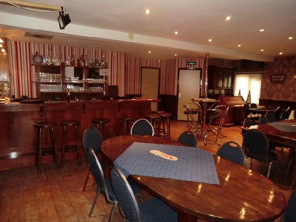 Cafe met cafetaria, zaal en bovenwoning HUURKOOP foto 9